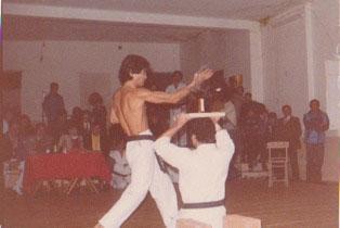 M°Toyozo Fujioka  Nel suo œcelebre taglio del collo della   bottiglia di birra. Karate Palermo